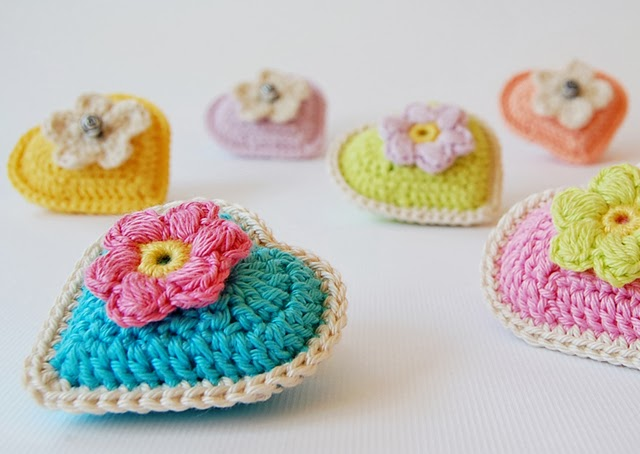 Little crochet hearts free pattern